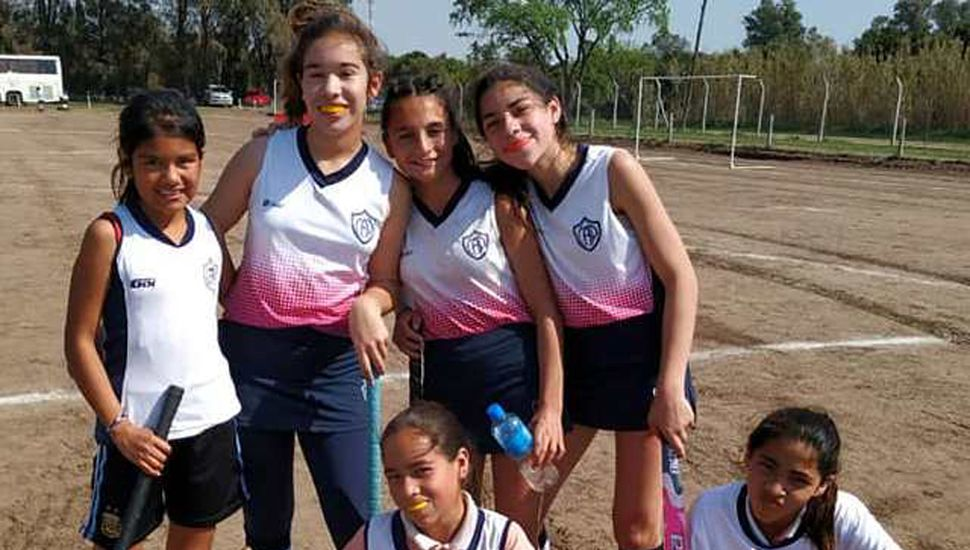 Algunas de las noveles jugadoras de Pintense que participaron del encuentro de hockey infantil en Banderaló