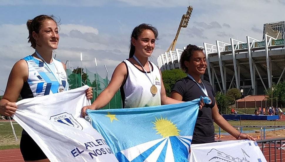 La atleta Naomi Sampaio en el podio, al ser tercera en el Nacional de Córdoba
