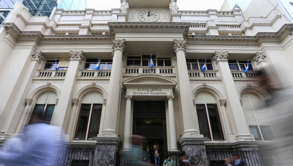 """Los argentinos y el """"acto reflejo"""" de ir hacia el dólar"""
