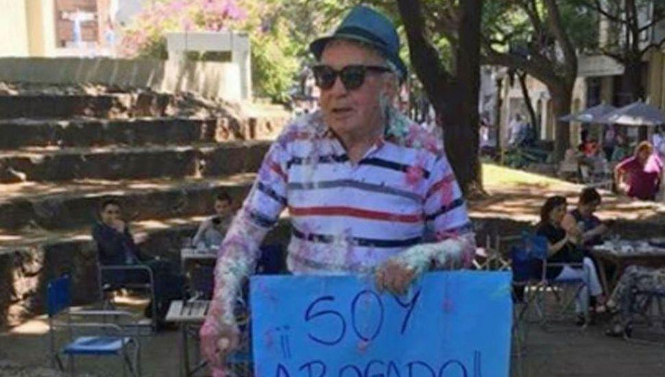 ¡Aplausos! Tiene 82 años y se recibió de abogado