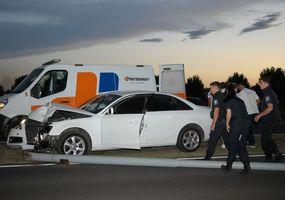Un auto chocó y derribó una columna de luz que impactó contra un motociclista