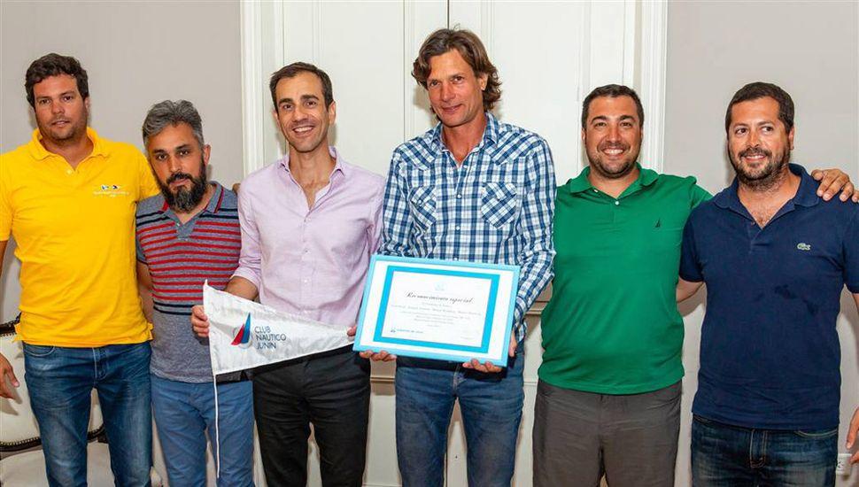 """El intendente Pablo Alexis Petrecca intercambió presentes con los campeones sudamericanos de la Serie """"A"""" de la Fórmula ORC Club de náutica."""