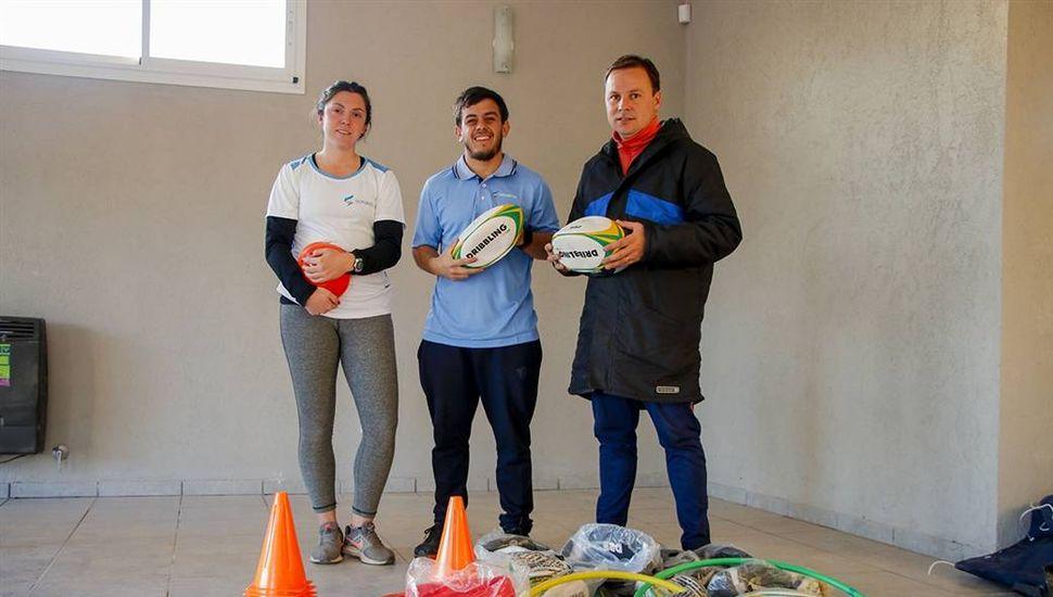 Estefanía Martínez, Gabriel Herrera (centro) y el subsecretario Daniel Pueyo, durante la entrega de materiales deportivos para las Escuelas de Iniciación Deportiva