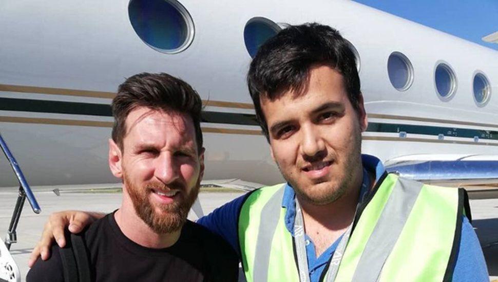 En su arribo, Messi se tomó varias fotografías.