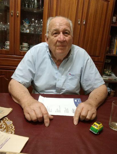 Rubén Bergerot se desempeña como mecánico desde hace 65 años, especializado en automóviles importados.