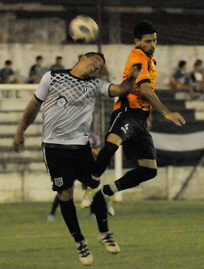 Los dos jugadores quieren ganar de arriba. Moreno lo ganó con gol de Sebastián Cuello.
