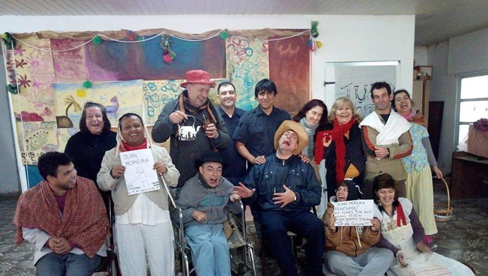 El grupo de Teatro Integrado en pleno ensayo de la obra.