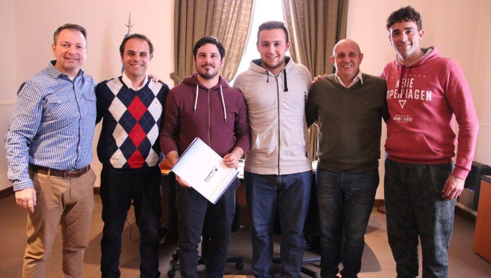 Gabriel López (izquierda), Jorge Zavatarelli, los dirigentes de Villa Francia, Alexis Guerrera y Bruno Di Nucci, al entregarse el aporte al C.S.D.V.F.