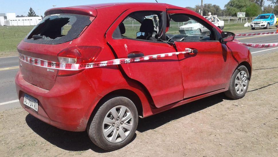 El Ford Ka color rojo contra el cual impacto la cuchilla que se desprendió de un tractor municipal.