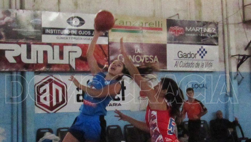 Sofía Natali convierte para San Martín, en la victoria ante Elortondo en menores, ayer pasado el mediodía.