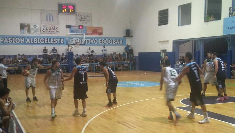 Emmanuel D'Angelo conduce una ofensiva de Sarmiento, anoche en Escobar.