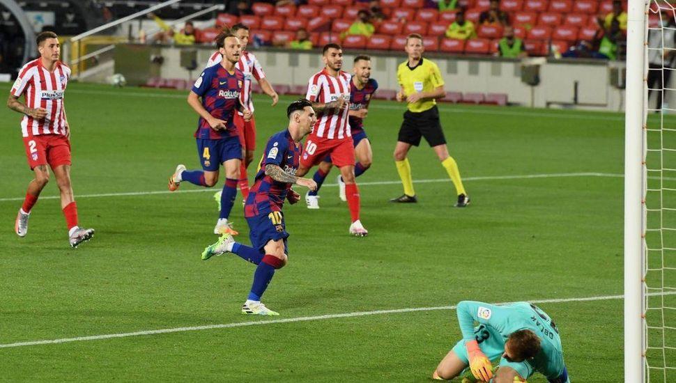 Messi la picó en un penal y llegó al gol 700
