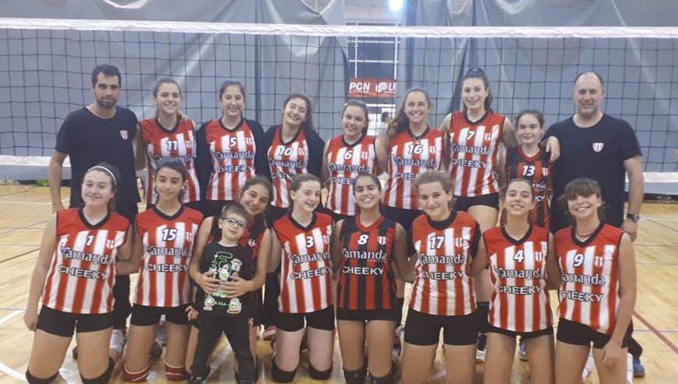 Plantel y cuerpo técnico de la categoría Sub-15 de vóleibol del Club Junín que compitió en La Plata.