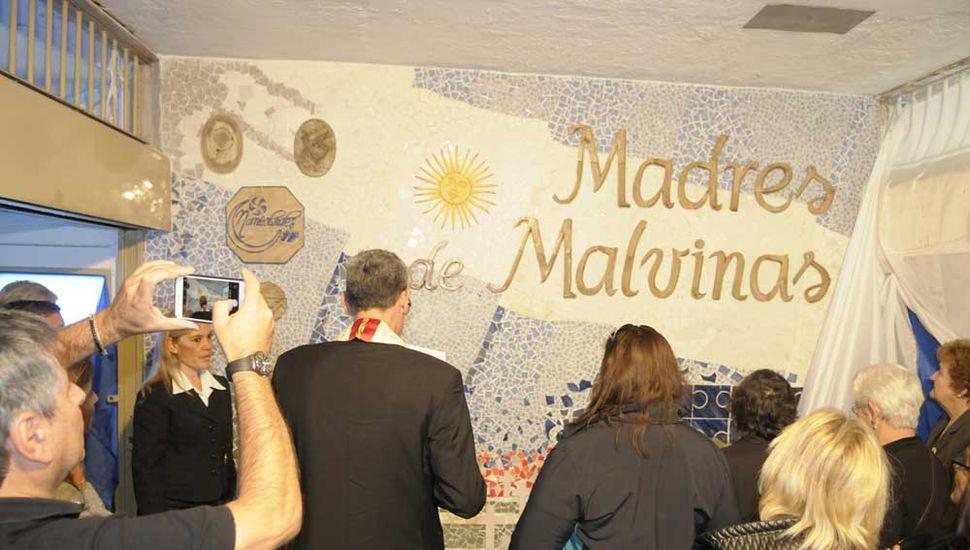 El mural homenajea a las madres de los héroes de Malvinas.