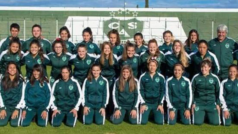 Cuerpo técnico y plantel de fútbol femenino del C.A.S., que hoy visitará al Club Comunicaciones.