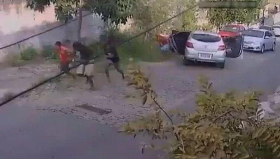 Video: le puso bocina con sonido de disparos al auto y así se salvó de un robo