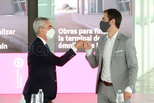 Meoni y Petrecca se saludan para la firma del convenio.
