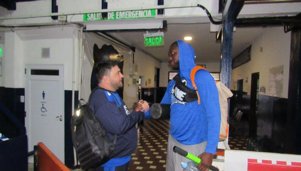 Cedrick Turman llegó y saludó al entrenador Matías Huarte.