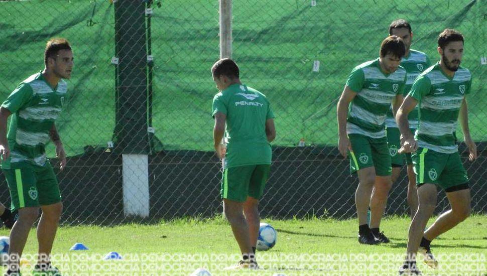 El plantel de Sarmiento entrenó ayer pensando en el partido de ida de semifinales del Reducido frente a Brown de Adrogué.
