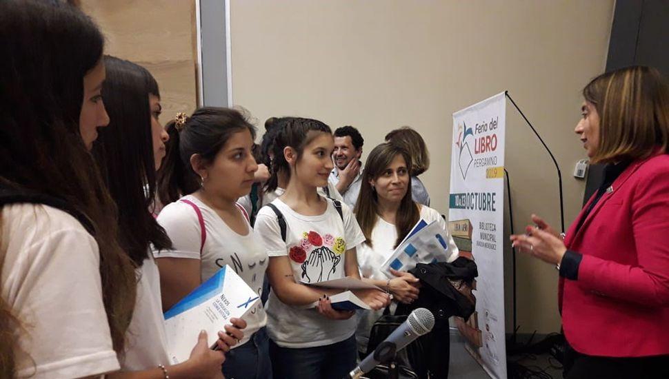Danya Tavela, en la presentación en la Feria del Libro de Pergamino.