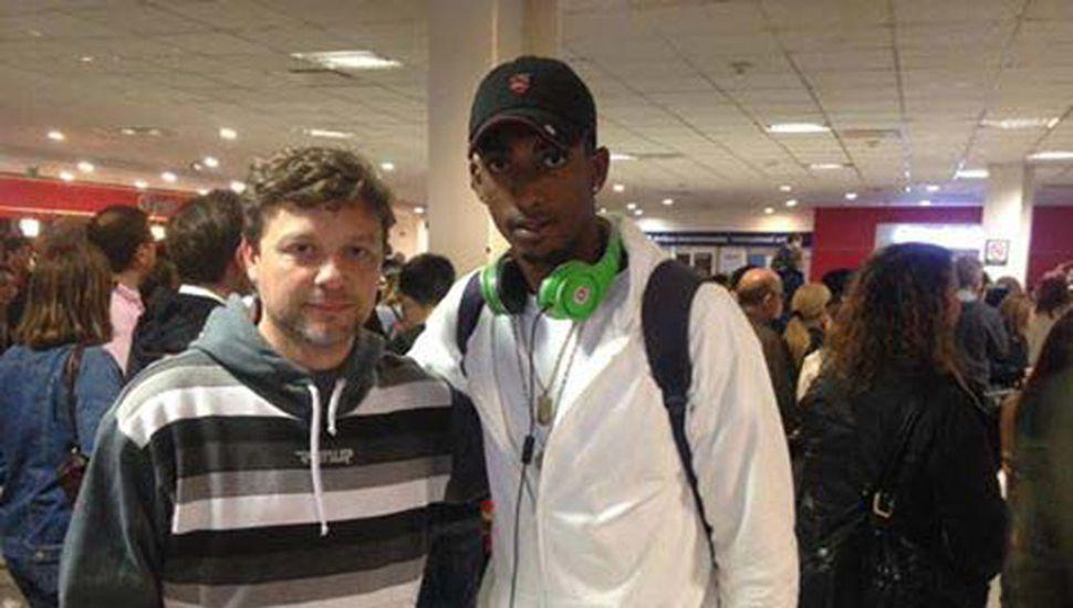 El basquetbolista Karel Guzman junto con el entrenador Guillermo Tasso, en Ezeiza.