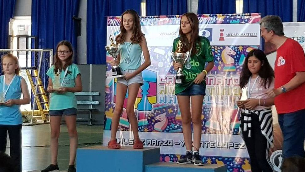 Sofía Bontempi (segunda desde la derecha) en el podio, al finalizar segunda en el argentino de ajedrez de Vicente López.