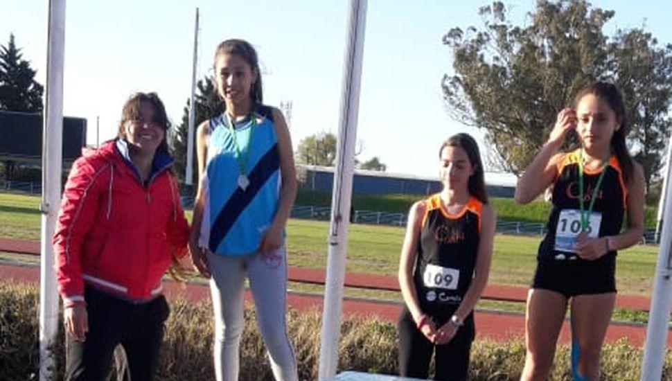 """La atleta de """"Los Flamencos"""", Kiara Pérez, en el podio de los 3.000 metros marcha, tras ganar medalla de plata."""