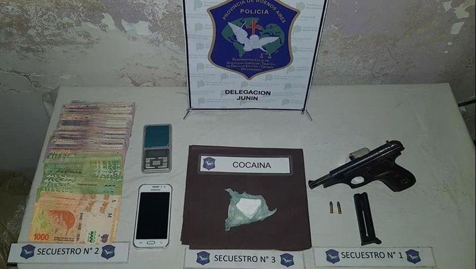 Se incautó droga, armas y dinero.