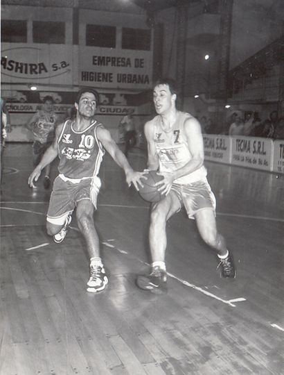 Nicolás Biurrun supera a Adrián Capelli, esa noche.