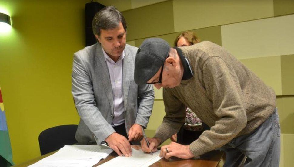 Vecinos de Pinto firmaron escrituras sociales
