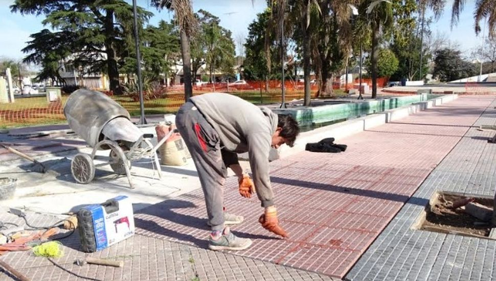 Trabajan en la plaza Massey en vísperas del 150º aniversario de Pinto