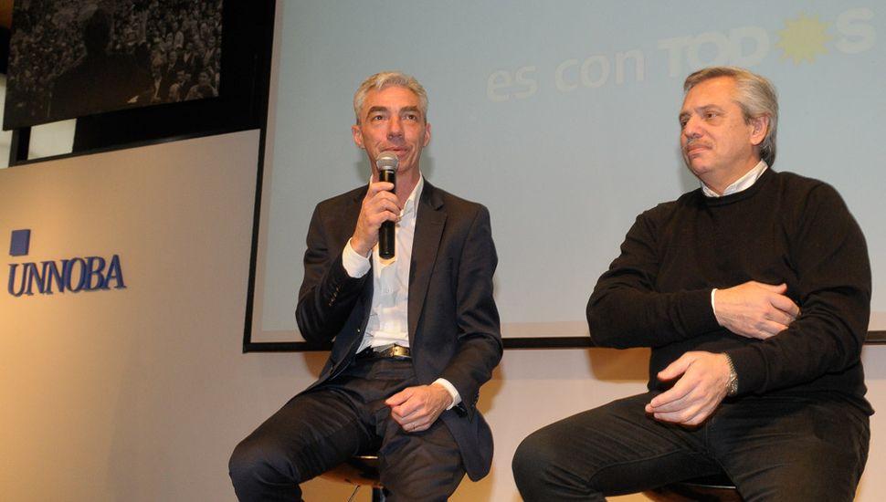 Mario Meoni, junto a Alberto Fernández, en un acto de campaña en la Unnoba.