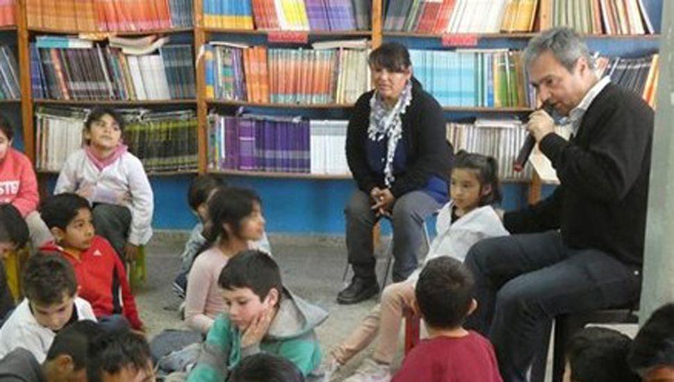Silvio Roberto Santos en una charla con escolares.