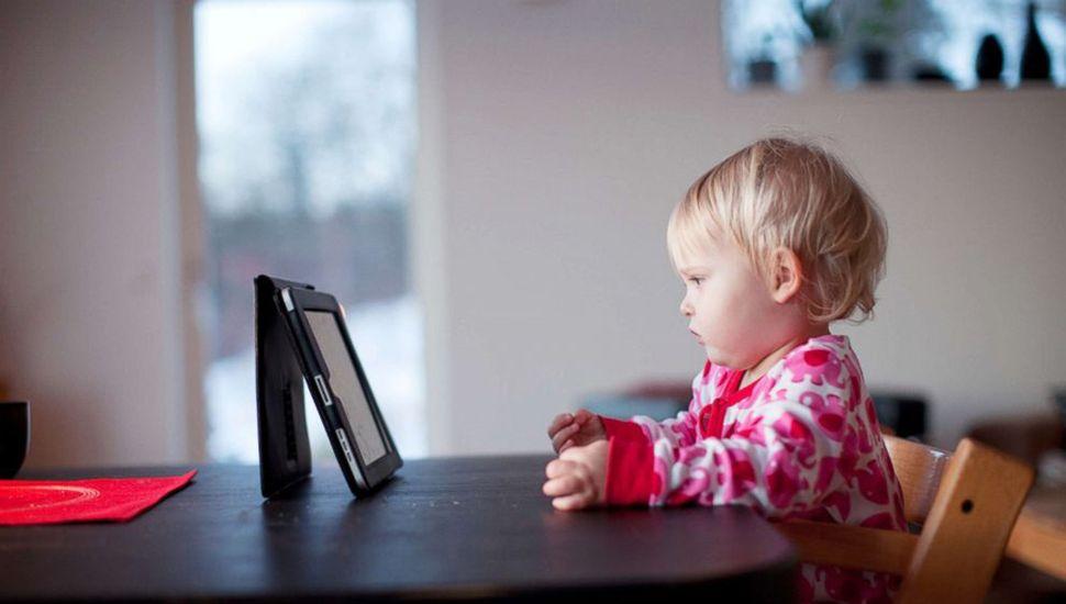 Crece la preocupación por la exposición a las pantallas en chicos menores de 5 años