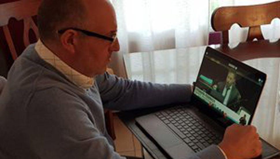 El diputado pintense siguiendo atentamente la histórica sesión on-line.