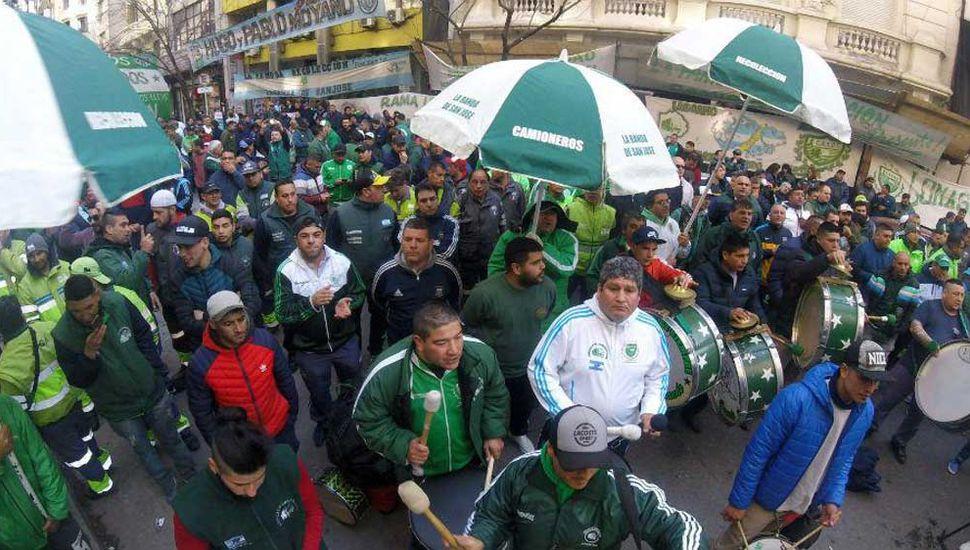 Camioneros marchó contra embargo de fondos que le impuso Trabajo