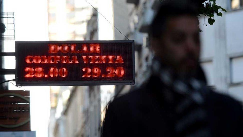Retrocedió el dólar y cerró la semana en 27,75 pesos