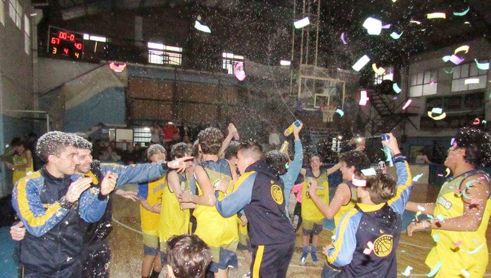 Jugadores y cuerpo técnico en el inicio de los festejos.