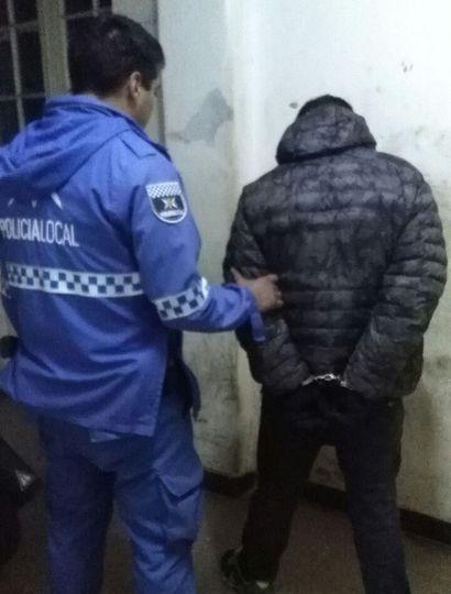 Uno de los sujetos atrapados por personal policial es ingresado a la comisaría.