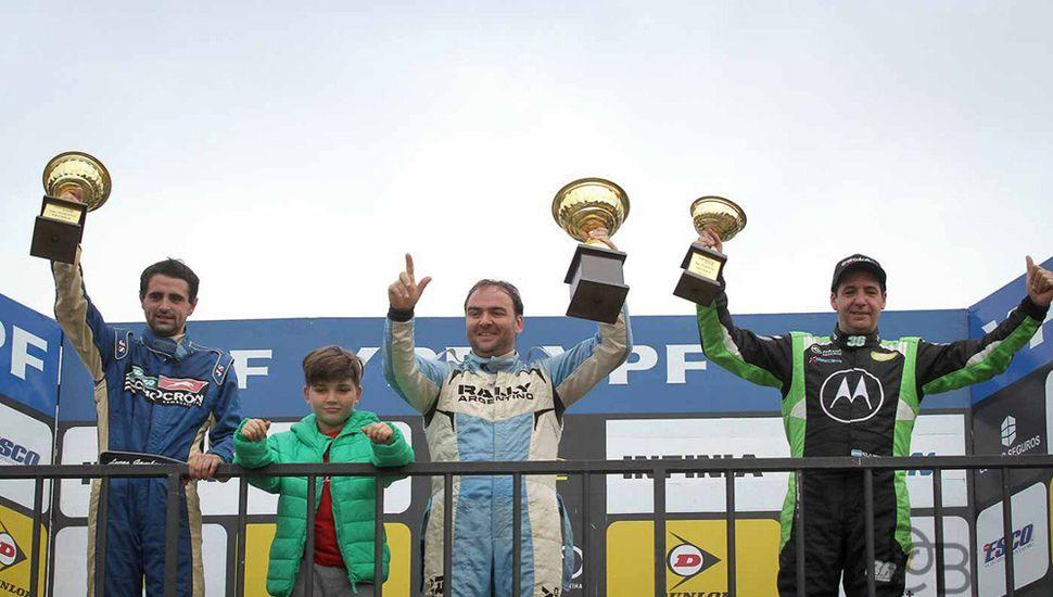 Lucas Gambarte Ponce de León (izquierda) en el podio, junto al ganador, Ariel Persia, y a Rodrigo Ortega (3°).