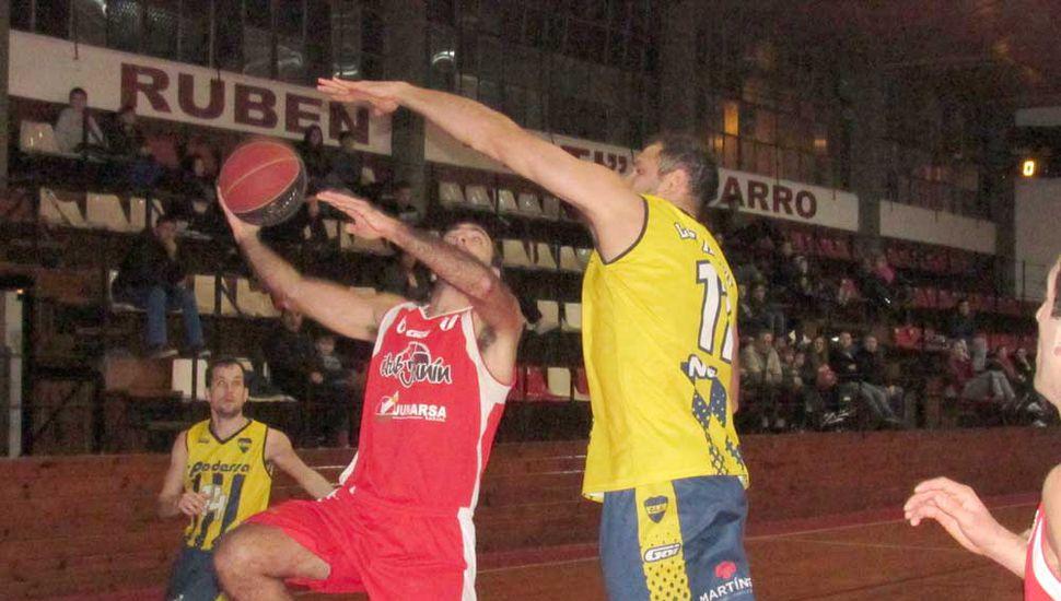 Carlos Rodríguez llega al doble ante Javier Corniglia.