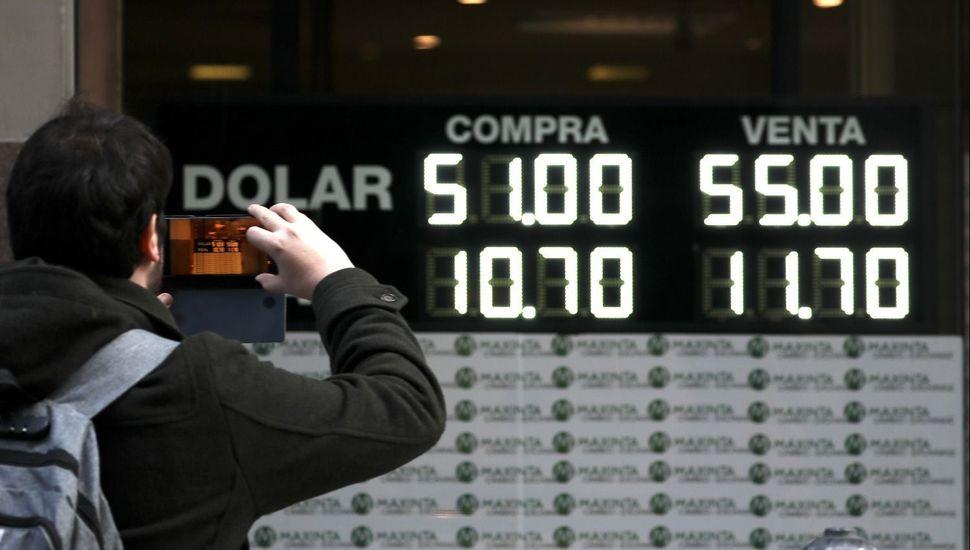 El dólar tocó los $61 y el riesgo país se disparó por encima de los 1700 puntos