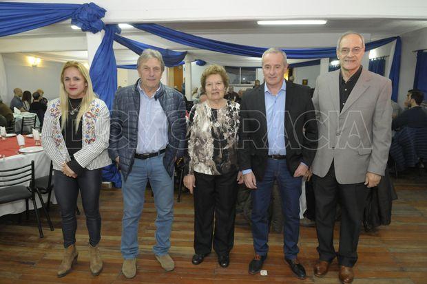 """""""Marita"""" Ríos (izquierda), Luciano Polo, Deolinda Maldonado, Claudio Yópolo y Carlos Burgos (derecha), los agasajados."""
