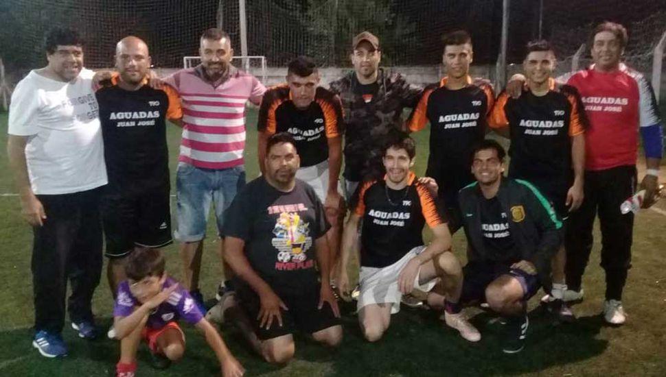 Juan José Azcurra junto a los campeones y colaboradores del conjunto que se coronó.