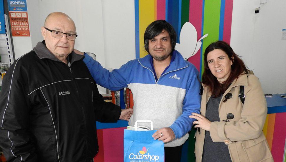 Raúl Barbieri recibe el premio para ser usado en Colorshop.