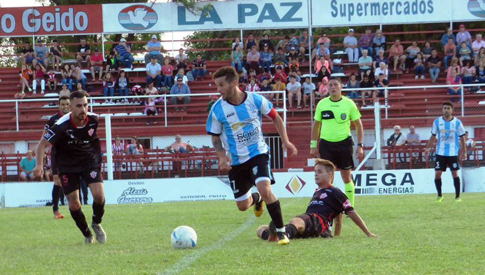 Ezequiel Álvarez con el balón, el domingo, en Lincoln.