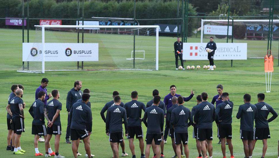 Marcelo Gallardo dialogando con sus dirigidos, en el entrenamiento de ayer.