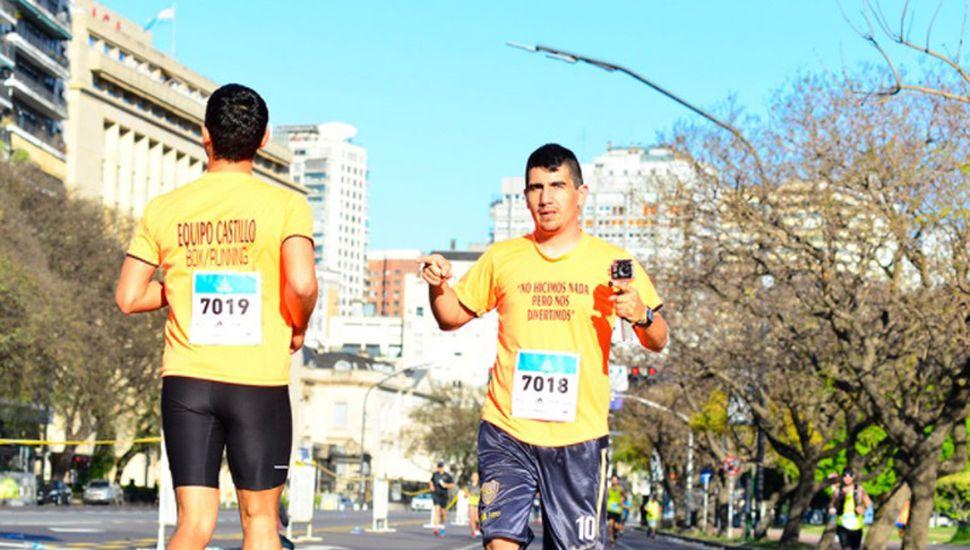 El atleta juninense corriendo hacia atrás sobre avenida Del Libertador.