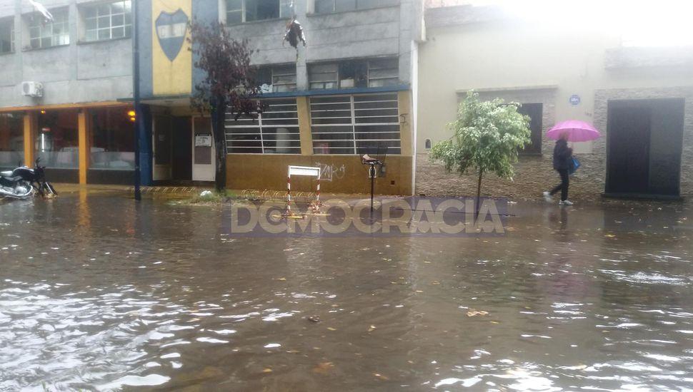 La fuerte lluvia inundó y anegó las calles de Junín