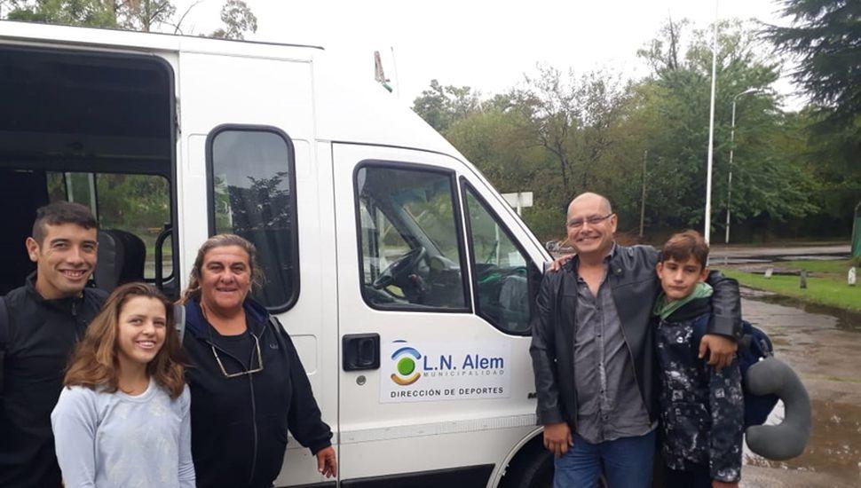 Los atletas de Alem Milagros Mostaffa, Fabricio López y Nicolás Chavero junto a la profesora María Mazza.